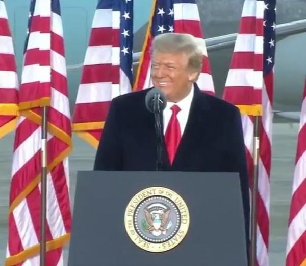 دونالد ترامب: سوف نعود بطريقة أو بأخرى، ولا أقل وداعاً بل إلى اللقاء (فيديو)