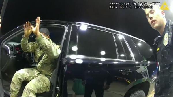 جدل في امريكا بعد اعتقال الشرطة لضابط في الجيش بطريقة مهينة (فيديو)