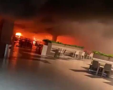 إخماد حريق اندلع في مجمع تجاري شمال الرياض (فيديو)