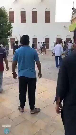 بالفيديو: مضاربة جماعية بـ«العصي وحقائب السفر» بين عمالة وافدة في الهفوف السعودية