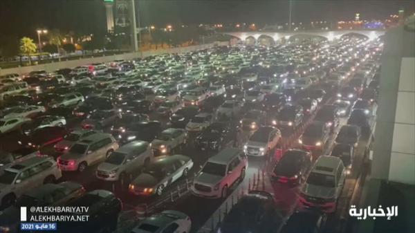 شاهد فيديو زحام كبير للسعوديين على جسر الملك فهد قبل ساعة من فتح السفر للخارج