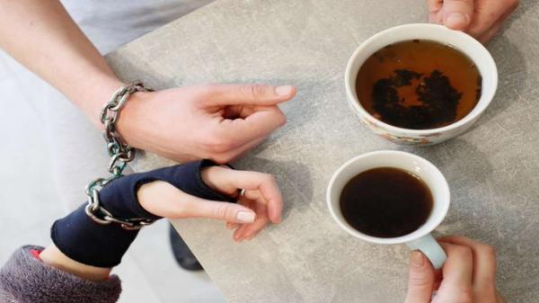 ثنائي أوكراني ينفصل بعد تقييد أيديهما معاً لـ123 يوماً بداعي الحب