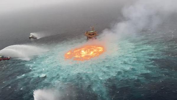 شاهد فيديو.. النار تشتعل من تحت الماء في خليج المكسيك و 3 سفن عملاقة تواصل إخماده