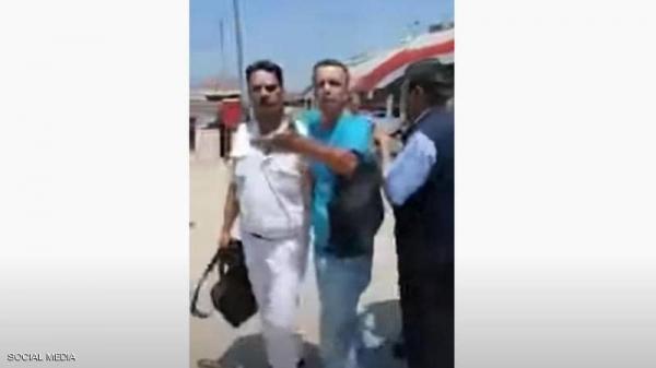 """فيديو جديد..""""كمسري"""" جديد يشعل الغضب في مصر بعد اعتداءه على شرطي"""