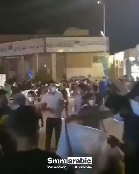 """فيديو يظهر حرق صور المرشد الإيراني في أصفهان إيران وسط هتافات: """"الموت لخامنئي"""""""