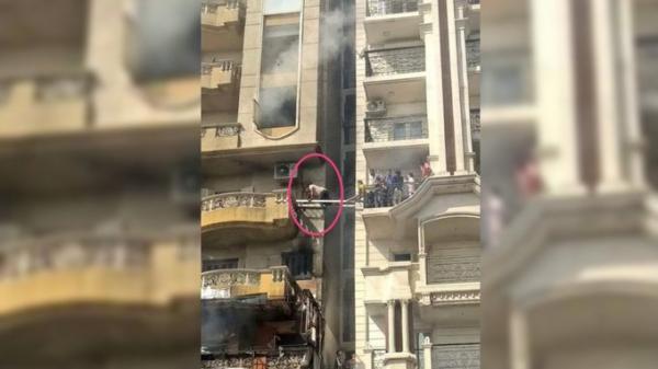 شاب مصري يقدم على مخاطرة مرعبة لإنقاذ جيرانه من الموت حرقاً