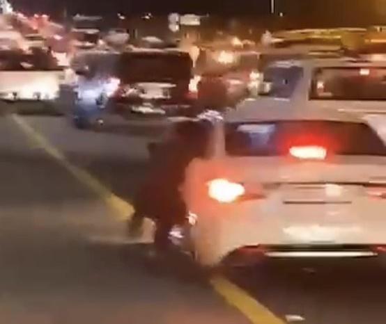 شاهد الفيديو الذي تسبب بإيقاف مقيم يمني في تبوك .. وكيف حاول الهرب! (فيديو)