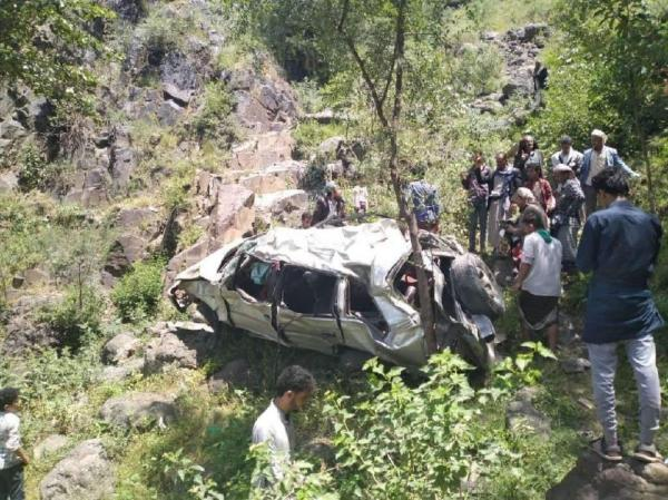 حادث مروري مروع بسقوط سيارة من منحدر جبلي يسفر عن 17 ضحية غرب العدين