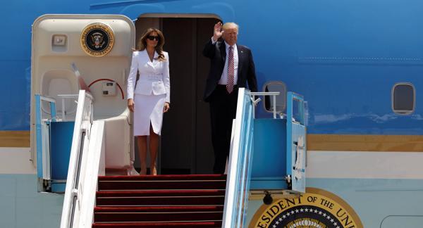 بعد انتشار خبر فضيحته الجنسية الجديدة.. كاميرات تصطاد ترامب وهو يدفع زوجته بكتفه على الطائرة (فيديو)