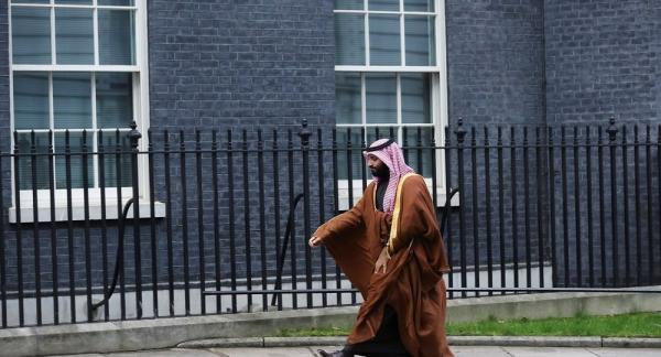 """شاهد ماذا فعل ابن سلمان مع مراسل """"الجزيرة"""" عندما سأله عن حرب اليمن (فيديو)"""