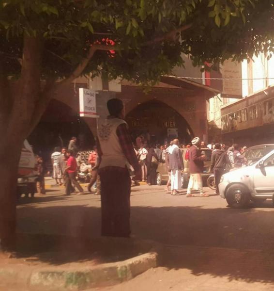 أول فيديو وصور من جوار منزل صالح اثناء اعتداء الحوثي على تظاهرة للمواطنين وتفريقهم بالرصاص الحي