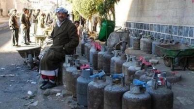 عقال الحارات يتاجرون بالغاز في صنعاء والحوثيون يغضون الطرف عنهم