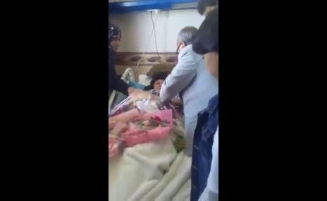التاجر يحيى الحباري يزور فائقة السيد ويسيء إلى صالح .. وهذا ما حصل! (فيديو)