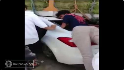 بالفيديو.. وقع الحادث المروع فتخاطف الشباب السعوديون «القات» من السيارة وفروا هاربين
