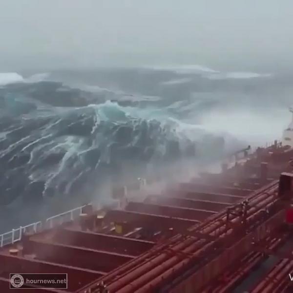 اول فيديو يكشف هيجان البحر جراء إعصار ميكونو الذي يقترب من السواحل اليمنية والجزيرة العربية (شاهد)