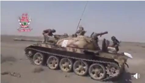 شاهد فيديو: الحوثيون يفرون من مواقعهم في جبهة زبيد ويتركون دباباتهم وأسلحتهم