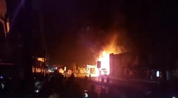شاهد بالفيديو الحريق الذي يلتهم الآن محطة نفطية بجوار مركز سام مول التجاري