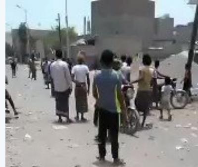 بالفيديو: مواطنون يتجمهرون في الحديدة امام مسلحين حوثيين داخل المدينة بسبب هذا الفعل!