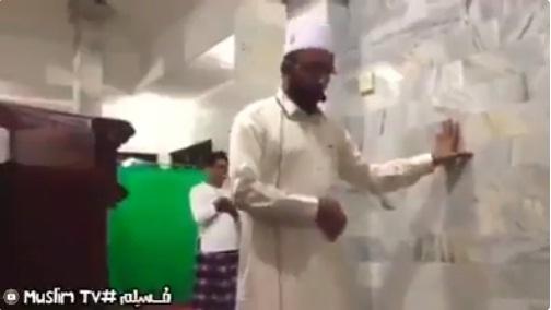 """تعرف على إمام المسجد """"اليمني"""" الذي ثبت وأكمل صلاته أثناء وقوع زلزال مدمر في جزيرة لومبوك بإندونيسيا (فيديو)"""