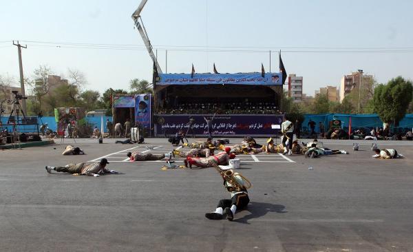 شاهد فيديو.. لحظة اطلاق النار على عناصر الحرس الثوري الإيراني اثناء استعراضهم العسكري بالأحواز