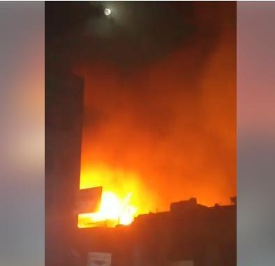 عاجل.. بالفيديو: اندلاع حريق هائل في شارع خولان بصنعاء.. واحتراق هنجر ابو عادل