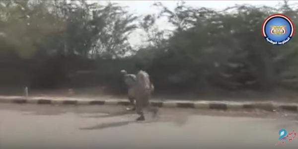 فيديو يكشف جانب من المعارك العنيفة واصوات الانفجارات والرصاص المتطاير التي تدور داخل احياء مدينة الحديدة (شاهد)