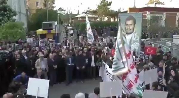لأول مرة .. صور عبدالملك الحوثي والصرخة ترفع في مظاهرة داخل تركيا وبتصريح رسمي وامام السفارة السعودية (فيديو)