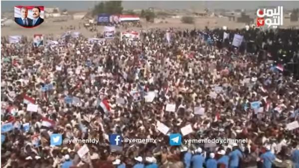 طارق صالح وعشرات الآلاف يحضرون حفل احياء الذكرى الاولى لاستشهاد الزعيم ورفيقة الامين (فيديو)