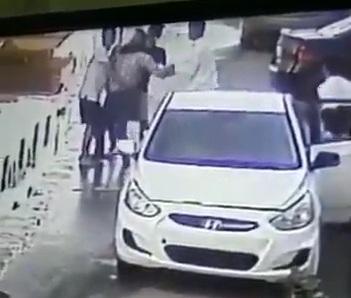 شاهد فيديو .. كاميرا مراقبة ترصد اربعة سعوديين يعتدون على مغترب في جدة.. شاهد ماذا فعلوا به!