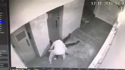 شاهد بالفيديو.. ماذا فعل شخص بفتاة أمام المصعد