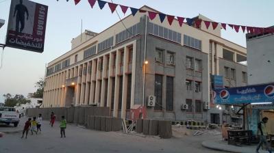 قوة من الحزام الأمني تغلق البنك المركزي بعدن وتمنع إصدار شيكات رواتب الجيش