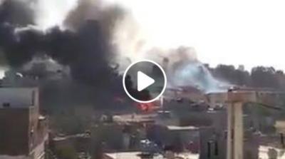 اليمن : شاهد بالفيديو حريق هائل في معسكر سلاح المهندسين بصنعاء بعد ثلاث غارات جوية اليوم من قوات التحالف