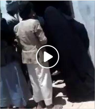 المحويت : شاهدوا بالفيديو نهب المساعدات الانسانية من دار الايتام بالطويلة وكيف رد الحوثي على العجوز