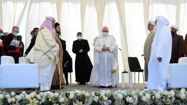 """البابا:يقبل علم العراق ويصف بلاد الرافدين بأنها""""أرض المجد ومهد الأديان"""""""