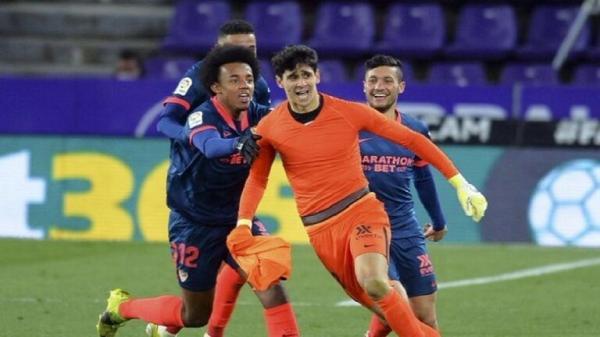 """حارس""""عربي"""" يدخل تاريخ إشبيلية بعد هدفه """"القاتل""""في الدوري الاسباني"""
