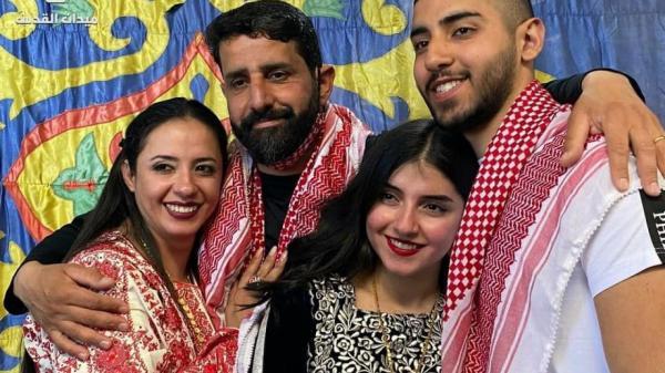 """""""ولا يهمّك خلّصوا الدموع"""".. لحظات مؤثرة للقاء أسير فلسطيني بزوجته وأبنائه بعد 20 عام من الاعتقال"""