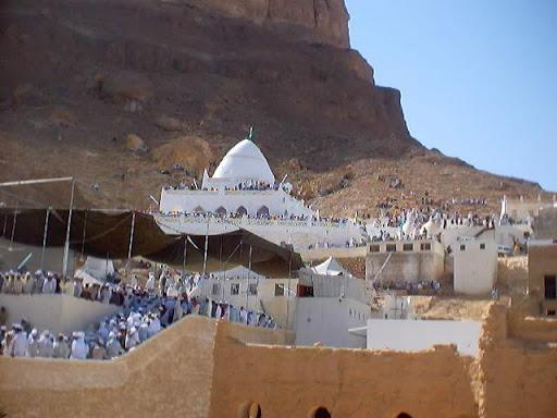 """آلاف اليمنيون يتزاحمون لزيارة قبر النبي""""هود""""في حضرموت(فيديو)"""