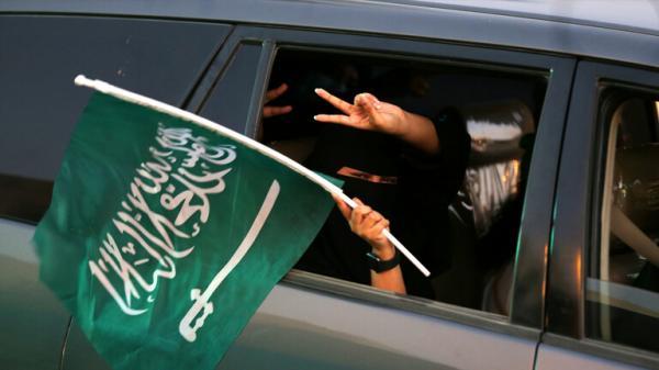 الشرطة السعودية تعتقل 100 امرأة  لهذا السبب الغريب (فيديو)