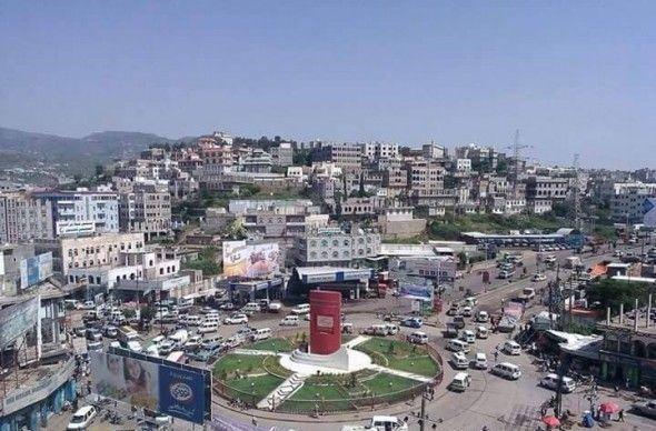 إب.. قيادي حوثي يعتدي على مواطن بسوق الرضمة ويصاب بطلق ناري خطير بالخطأ من أحد مرافقيه المسلحين
